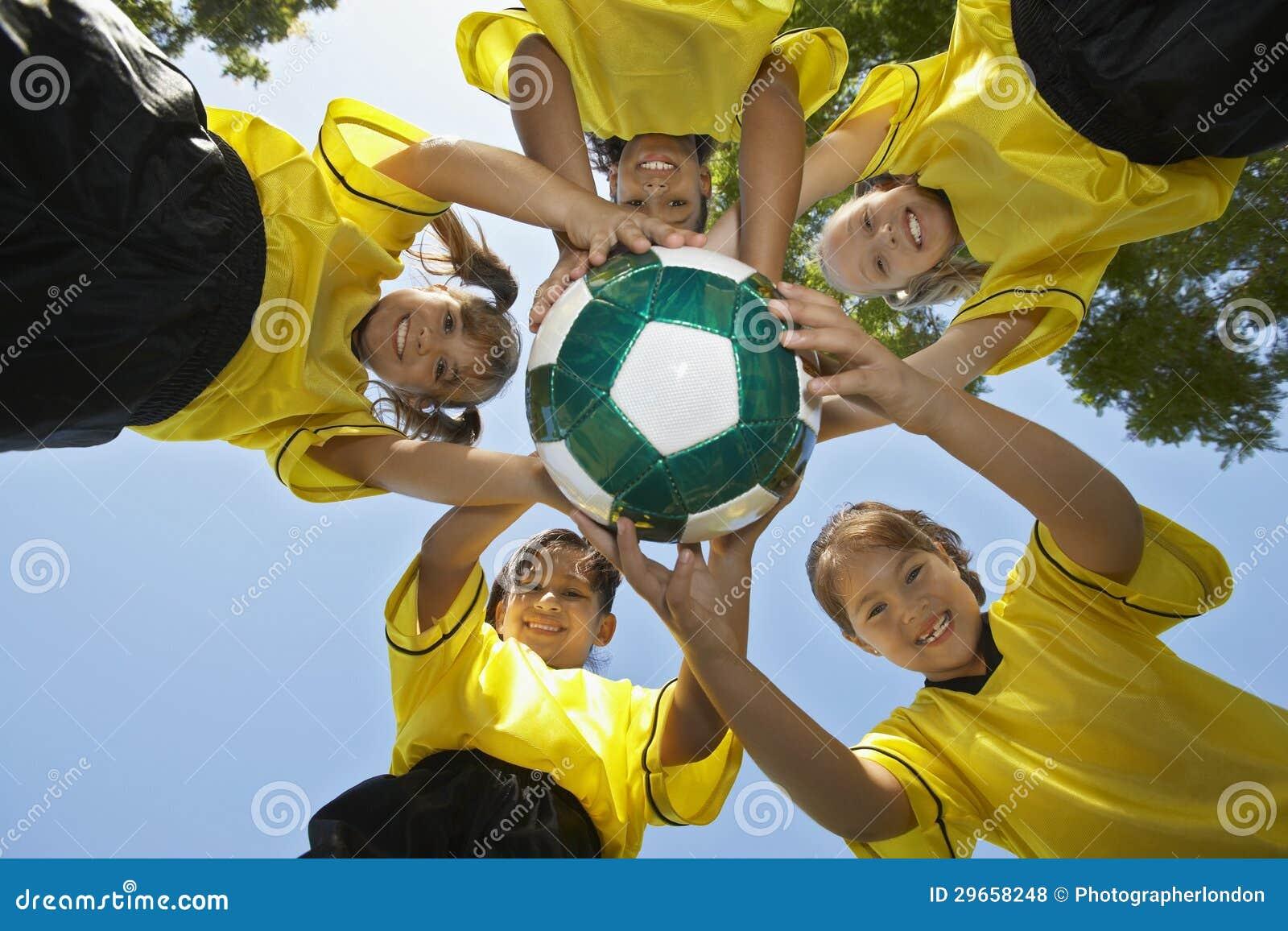 Joueurs tenant le football du football