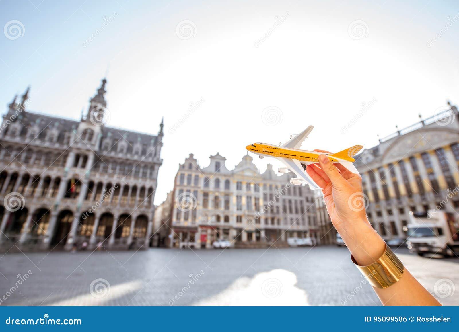 Jouez l avion sur le fond de place centrale de Bruxelles