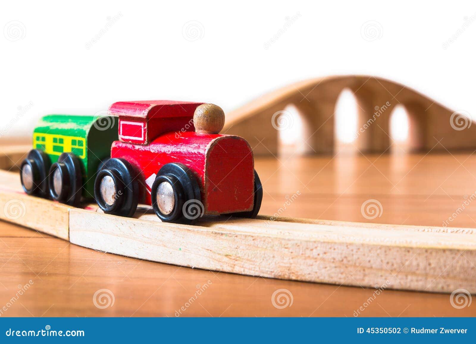 Jouez le train fait de bois avec le pont en contexte