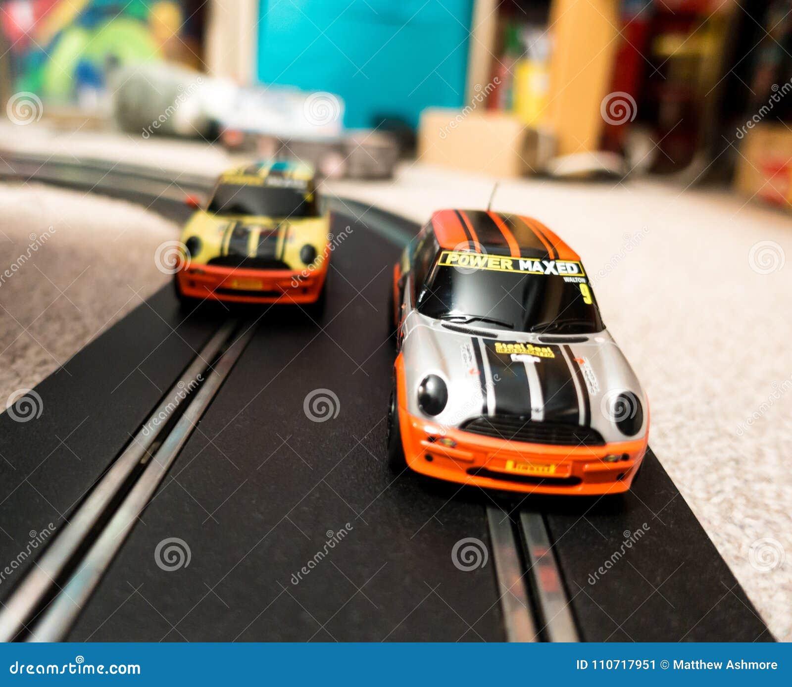 Jouez les voitures de course miniature sur une voie dans une chambre à coucher du ` s d enfant