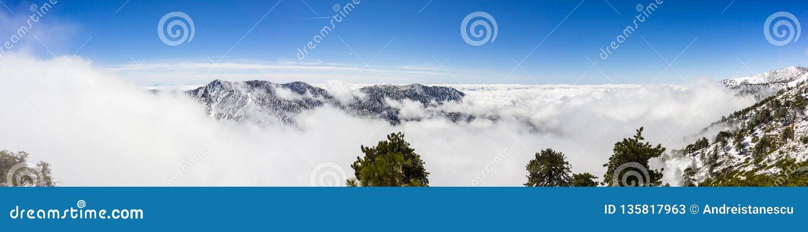 Jour d hiver ensoleillé avec la neige tombée et une mer des nuages blancs sur la traînée à Mt San Antonio (Mt Baldy), le comté de