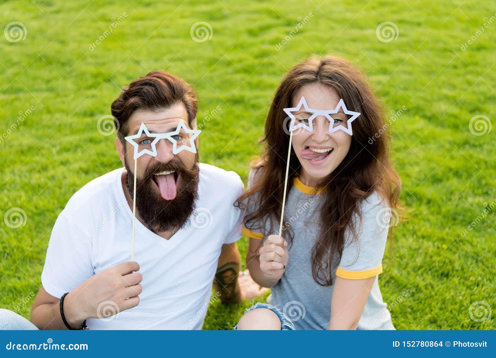 Jour de la jeunesse Divertissement d ?t? gens ?motifs Datation de couples Couples insouciants ayant la pelouse verte d amusement