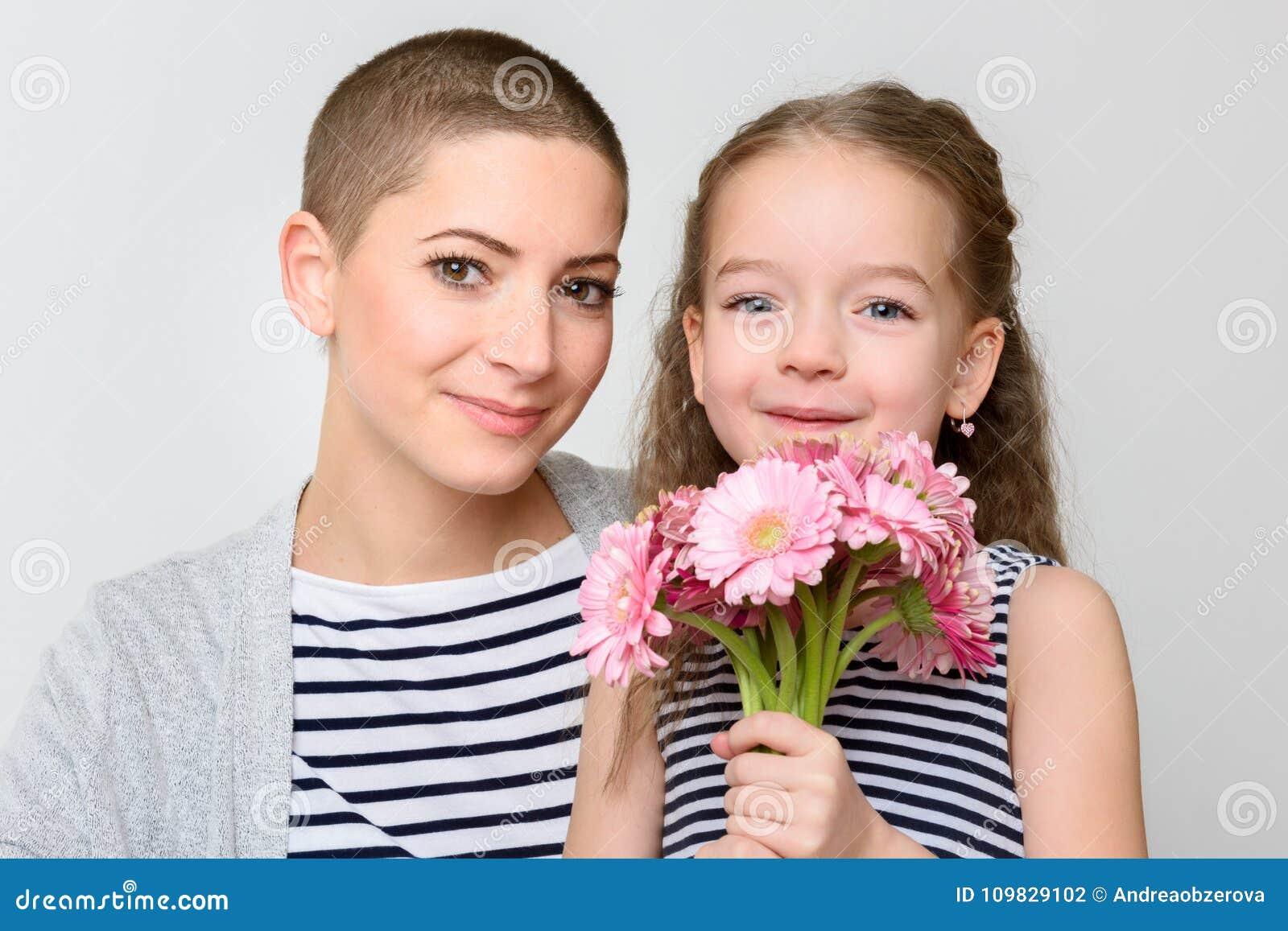Jour de mère du ` s du ` heureux s de jour, de femmes ou fond d anniversaire Petite fille mignonne donnant la maman, survivant de