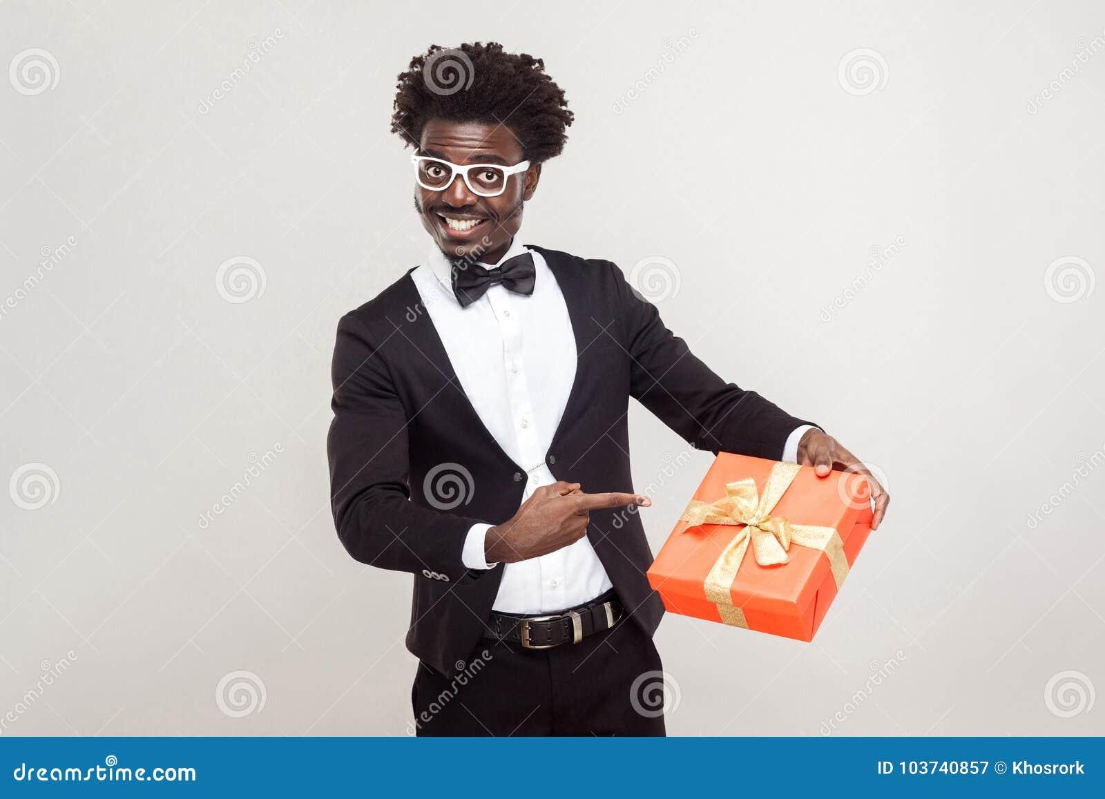 Jour de Valentine Homme d affaires africain dirigeant des doigts au boîte-cadeau