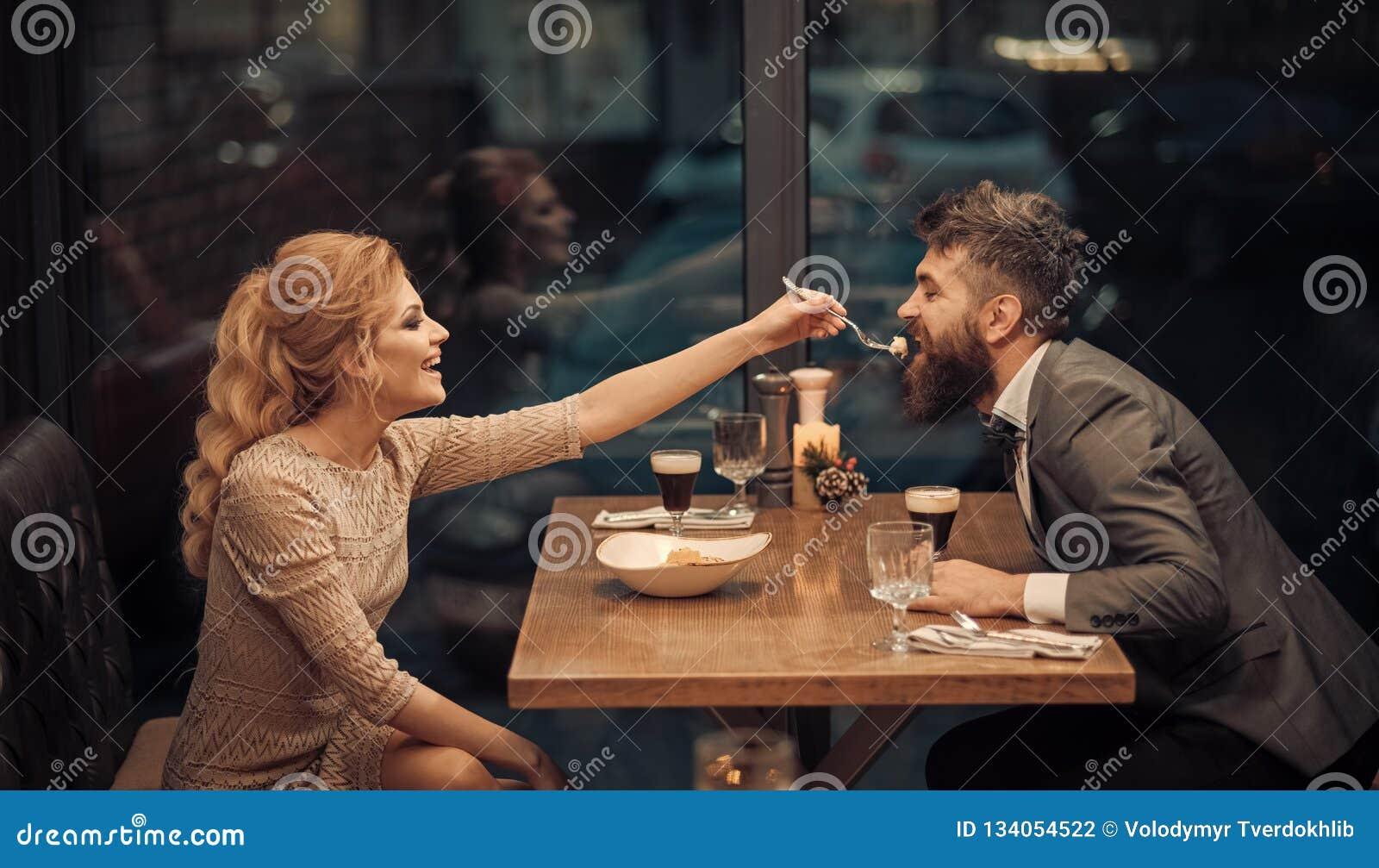 Jour de valentines avec la femme sexy et l homme barbu Couples dans l amour au restaurant Réunion d affaires de l homme et de fem