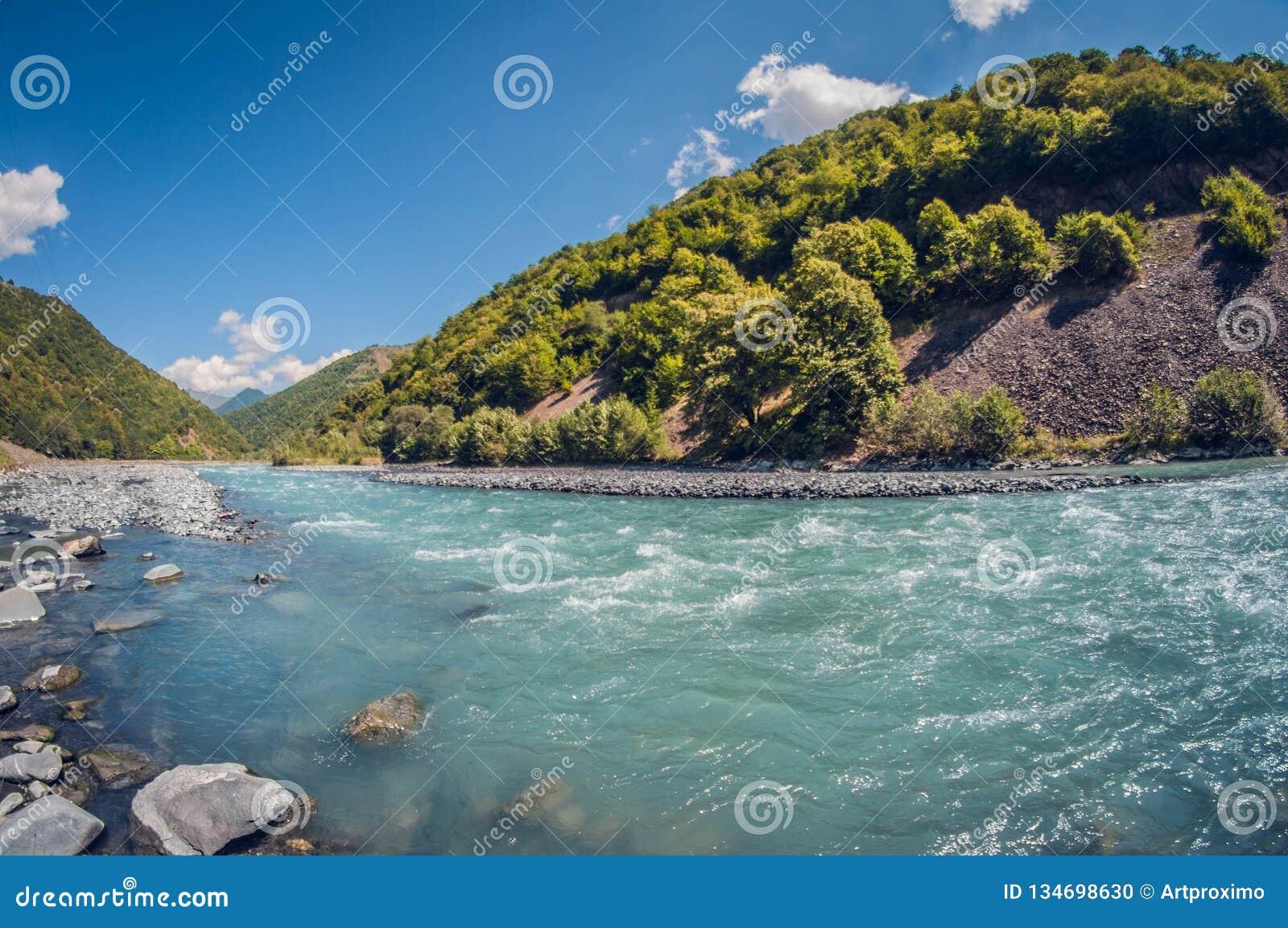 Jour ensoleillé de belle de turquoise de paysage rivière orageuse de montagne
