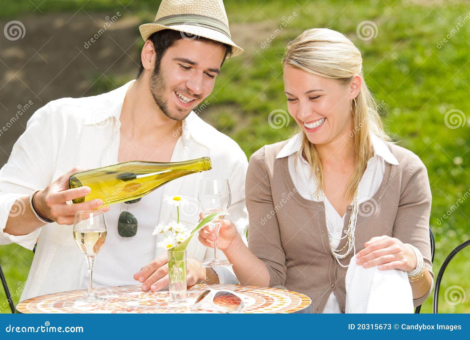 Jour ensoleillé de couples élégants de terrasse de restaurant