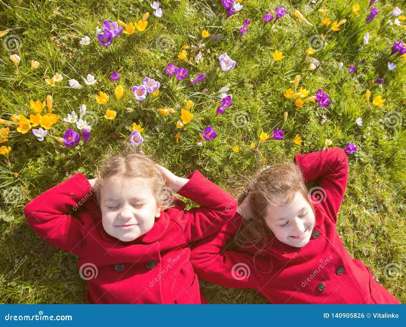 Jour ensoleillé de ressort, premières fleurs et enfants heureux