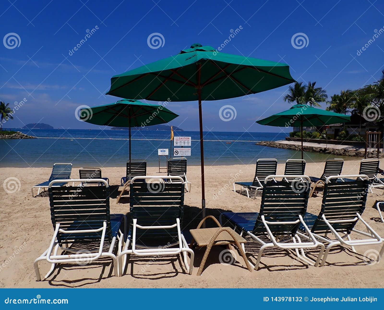 Jour ensoleillé et détente sur la plage se reposant sur la chaise de plate-forme