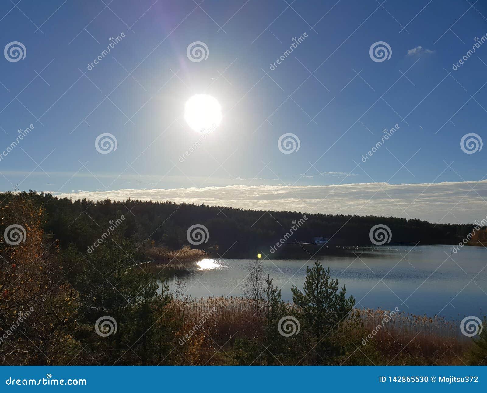 Jour ensoleillé par le lac