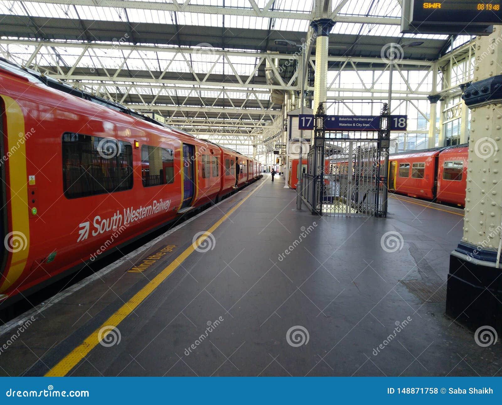 Jour Royaume-Uni de Londres de station de m?tro beau,