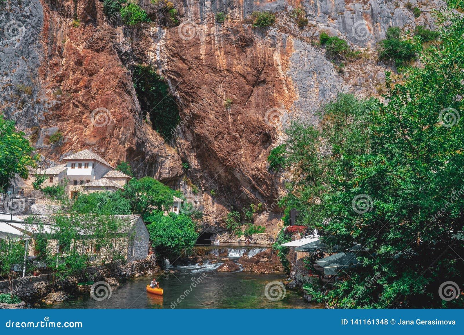 Jour splendide d été dans le restaurant entre les cavernes en la Bosnie-Herzégovine