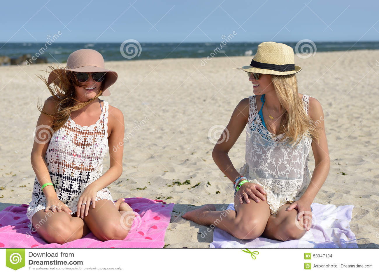Jour sur la plage - deux femmes s asseyent sur le sable