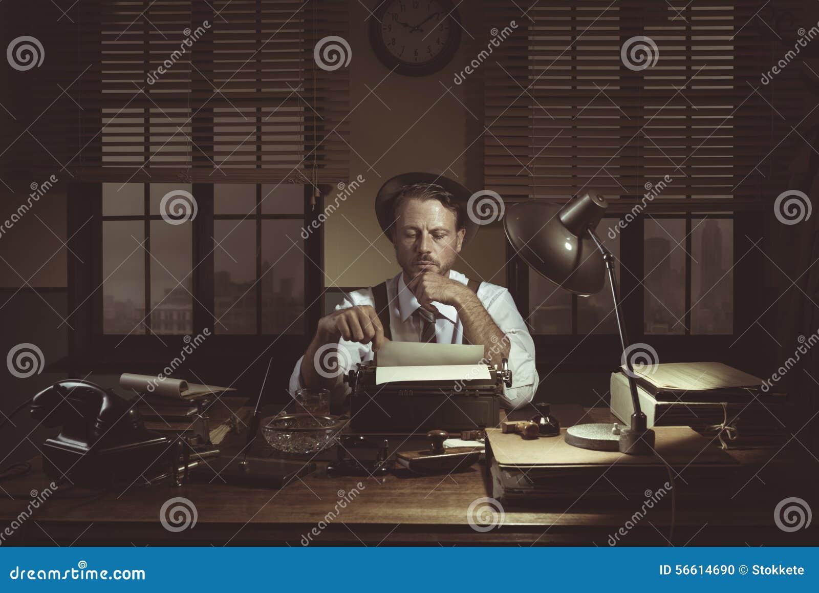 Journalista dos anos 50 em seu escritório tarde na noite