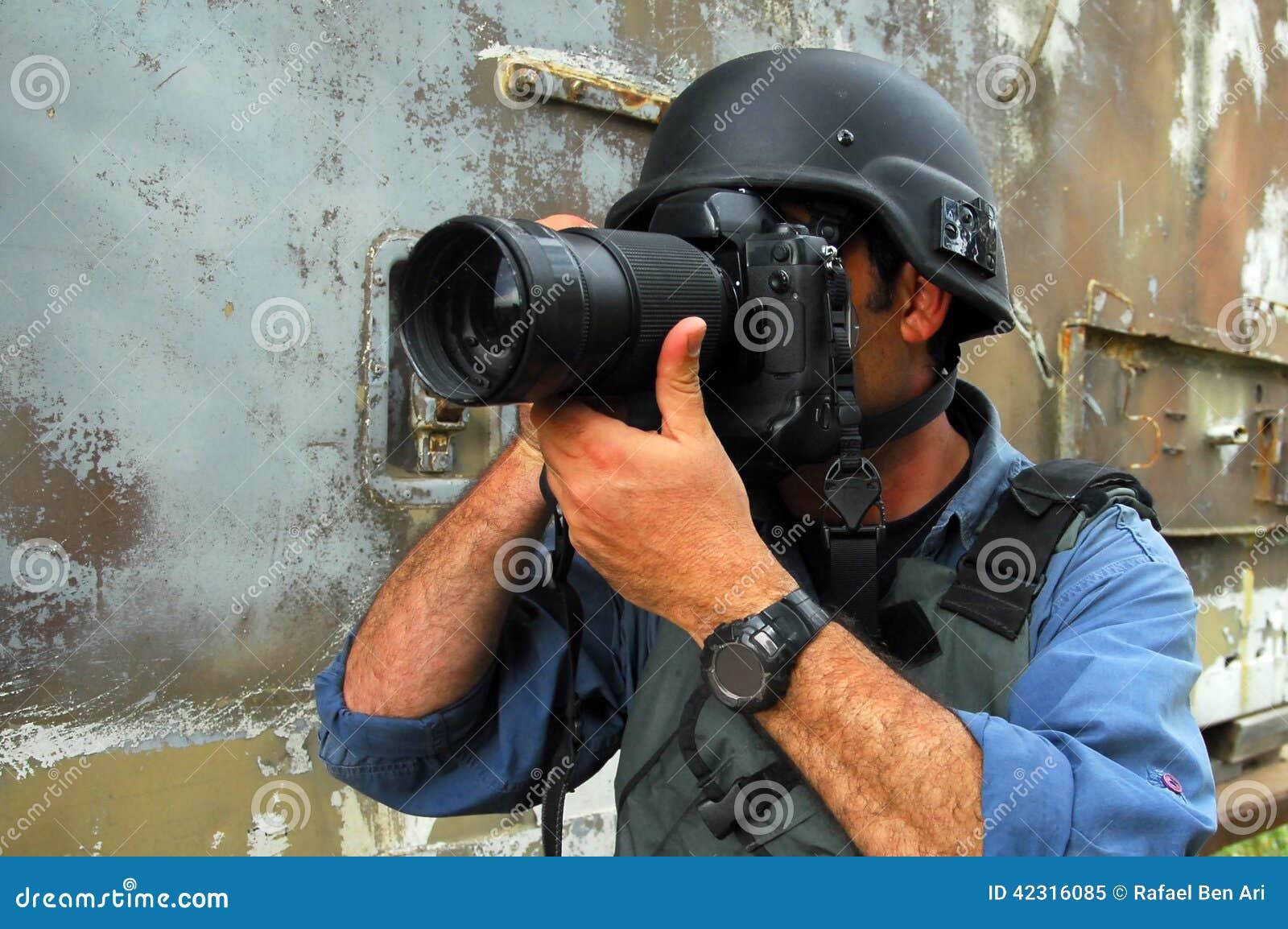 Journaliste documentant la guerre et le conflit