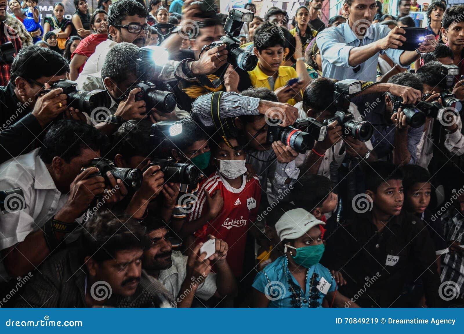 Journalisten en fotografen die met elkaar concurreren terwijl het behandelen van een gebeurtenis