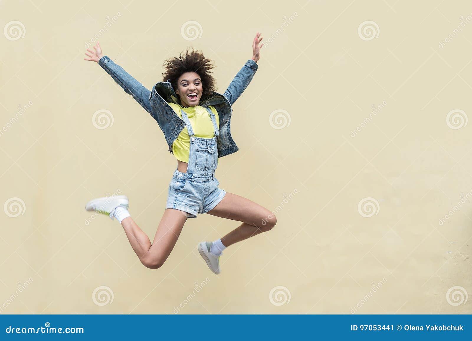A jovem mulher alegre está apreciando o dia de verão