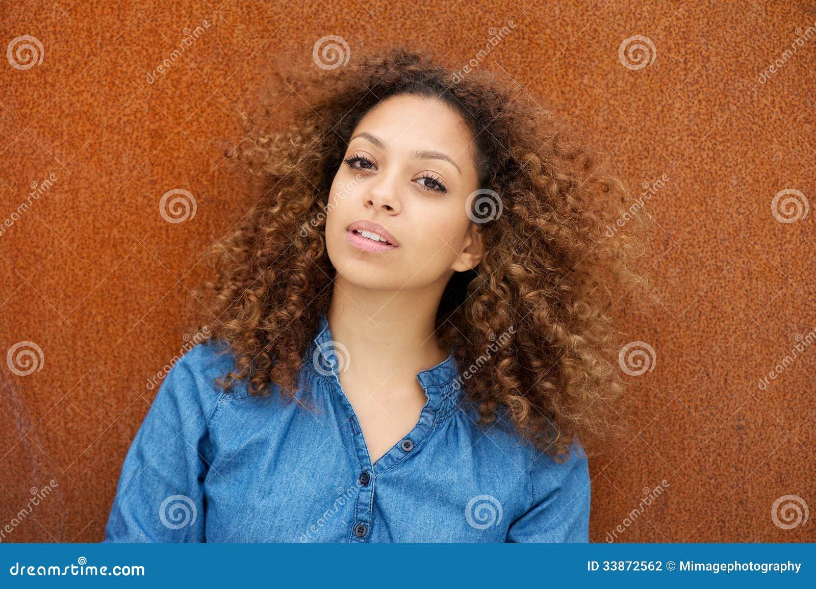 Jovem mulher atrativa com cabelo encaracolado