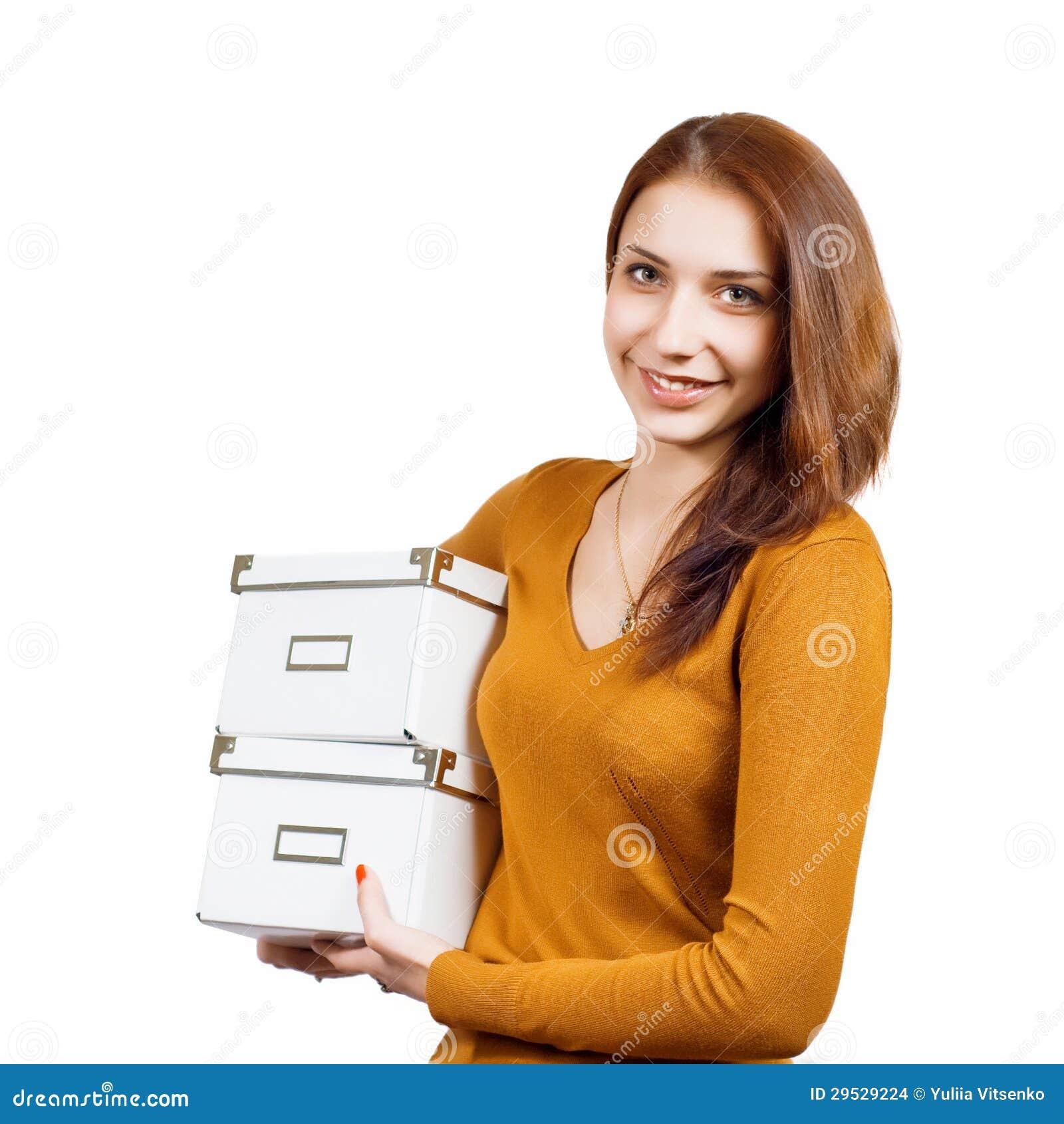 Jovem mulher atrativa com os pacotes sobre o branco
