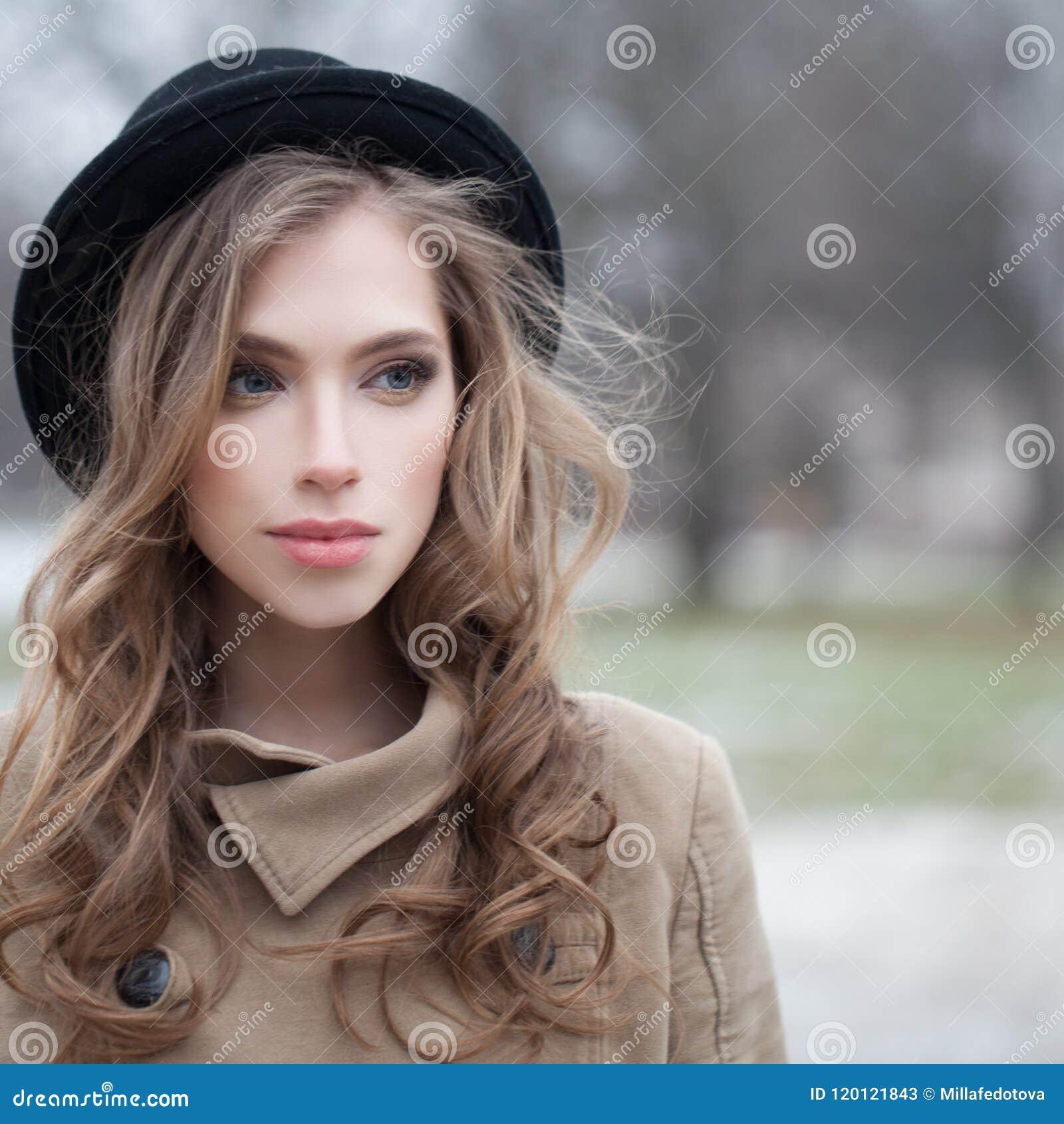 Jovem mulher atrativa com penteado ondulado fora