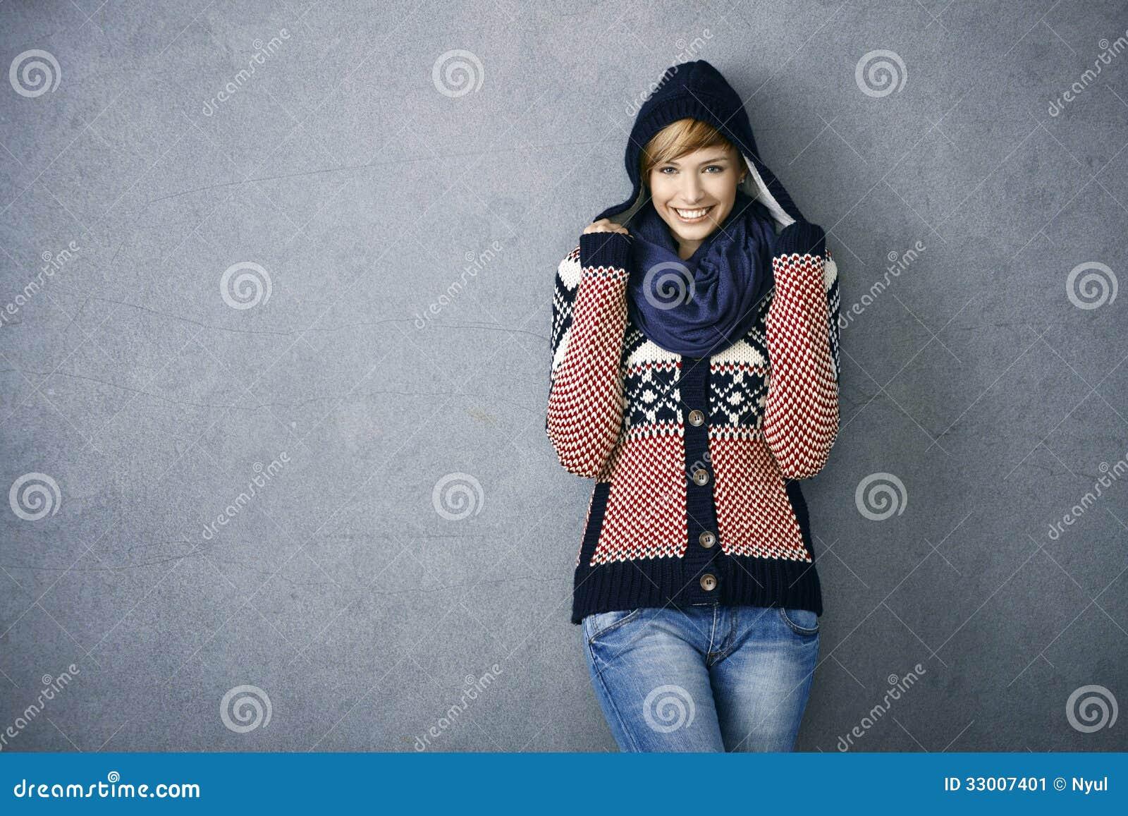 Jovem mulher atrativa na camisola nórdica