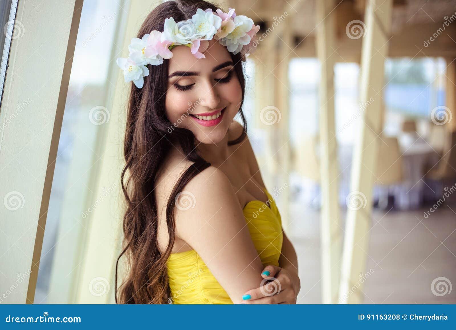 Jovem mulher bonita com cabelo longo em um dia de verão dama de honra no  vestido 2d503a5bdc39