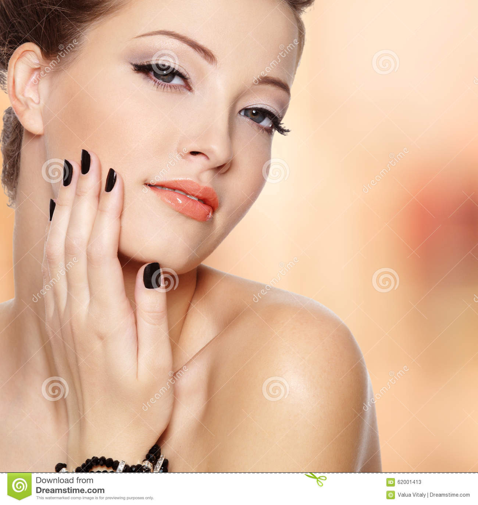 Jovem mulher bonita com pregos pretos