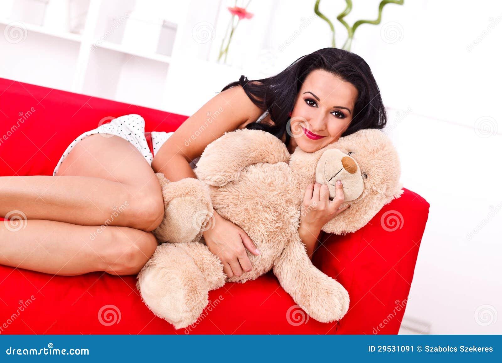 Jovem mulher bonita com seu urso de peluche