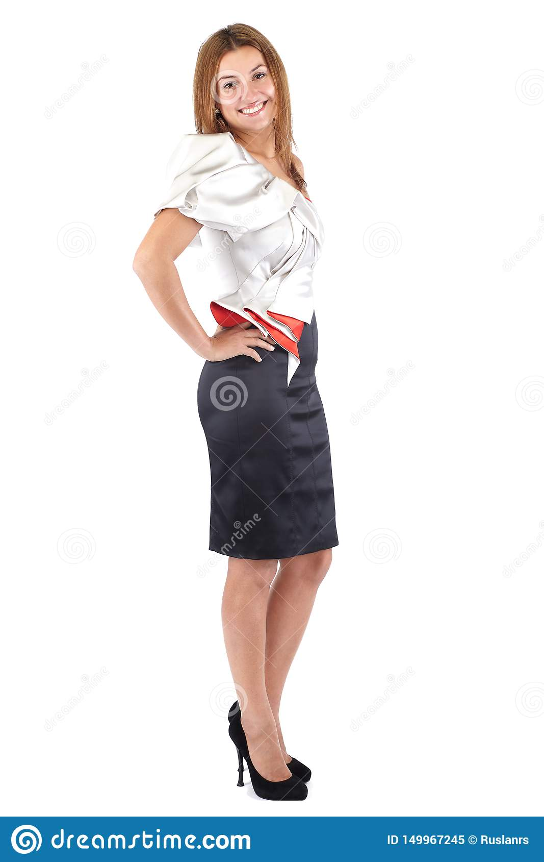 Jovem mulher bonita de sorriso no vestido vermelho branco preto, estando lateralmente e olhando a c?mera Tiro do estúdio, corpo c