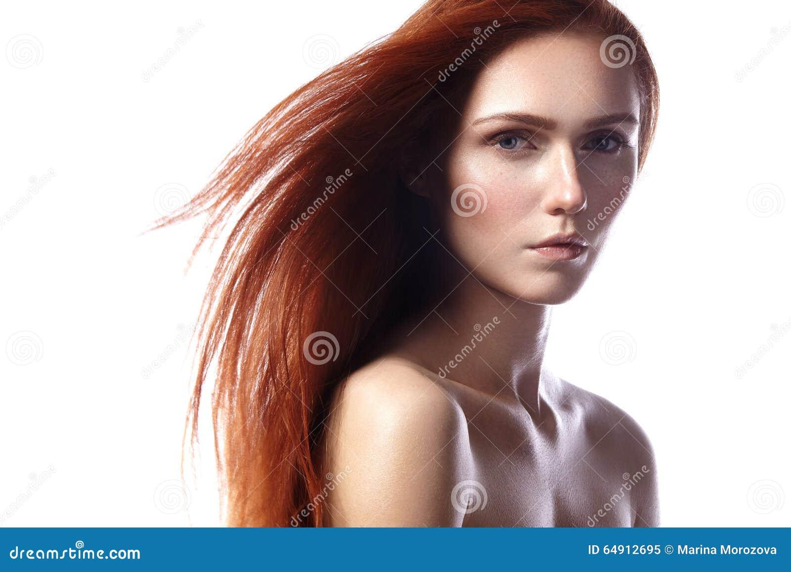 Jovem mulher bonita do gengibre com composição do cabelo e do naturel do voo Retrato da beleza do modelo  sexy  com cabelo vermel