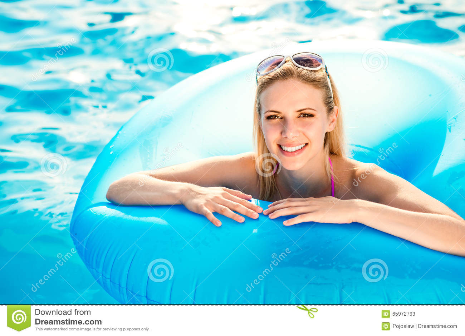 Jovem mulher bonita na piscina