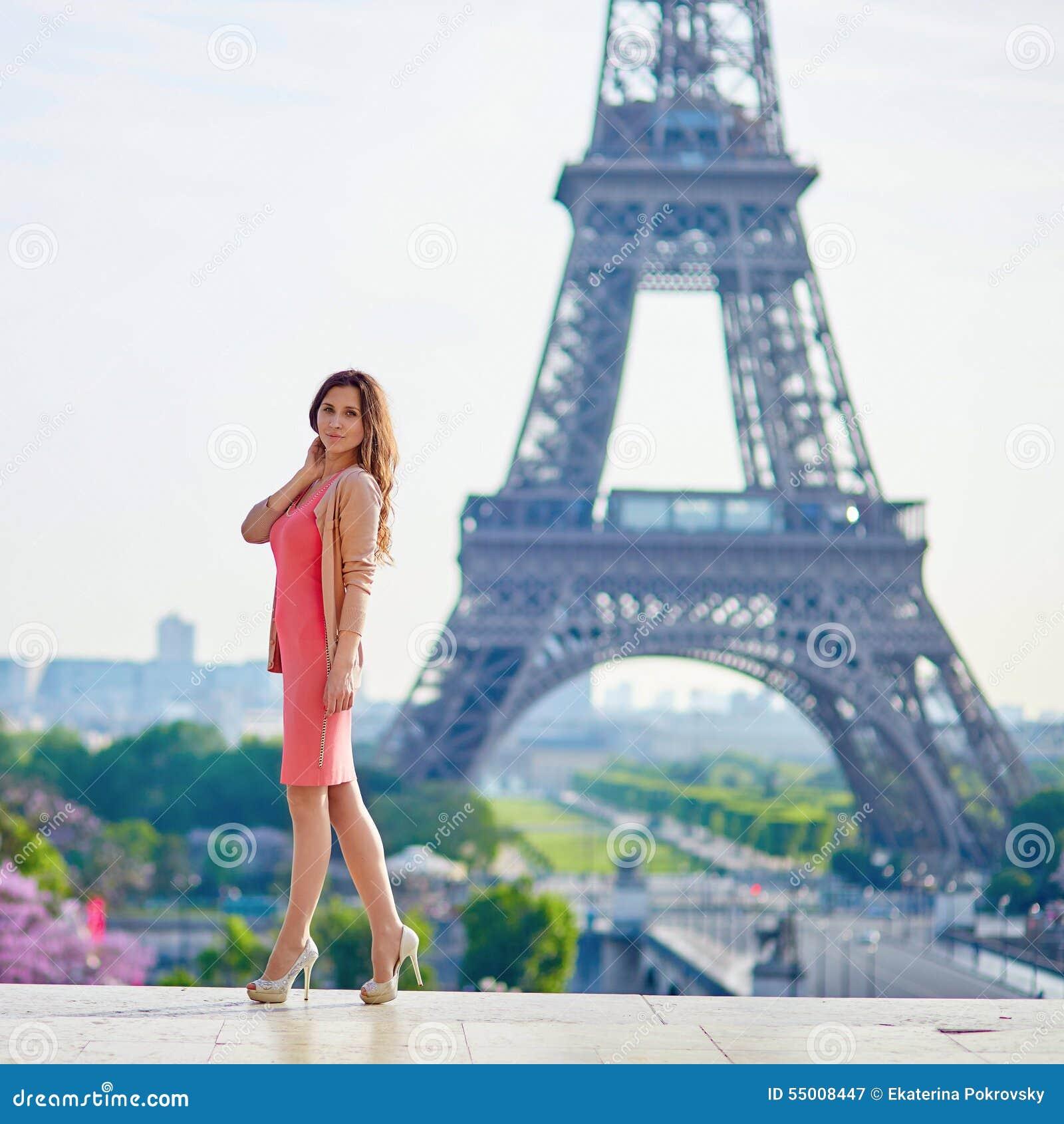 jovem-mulher-bonita-perto-da-torre-eiffel-55008447.jpg