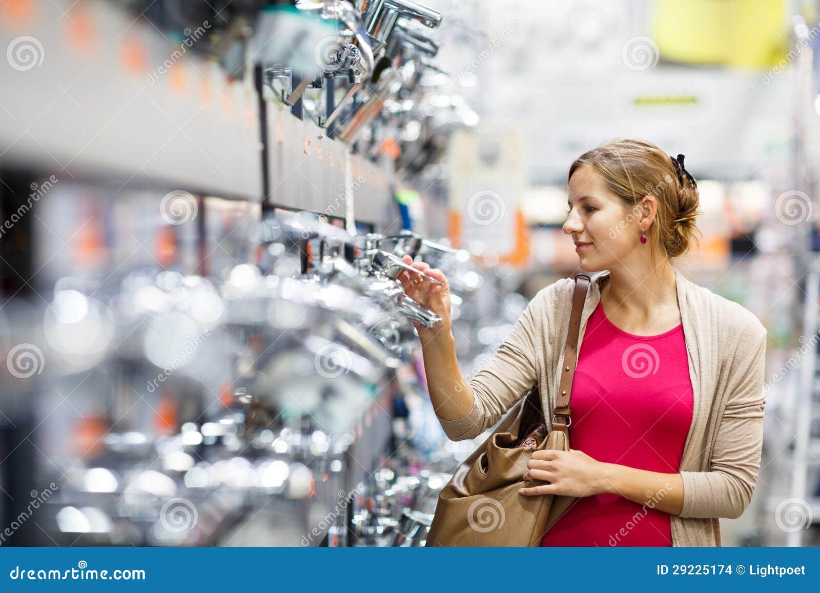 Download Jovem Mulher Bonita Que Escolhe Uma Torneira Do Banheiro/cozinha Em Uma Pele Home Foto de Stock - Imagem de dinnerware, imagem: 29225174