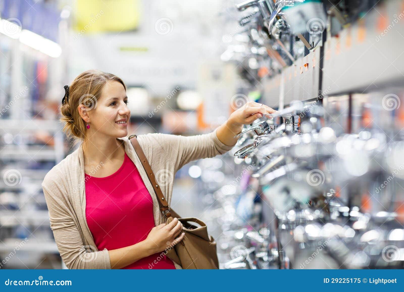 Download Jovem Mulher Bonita Que Escolhe Uma Torneira Do Banheiro/cozinha Em Uma Pele Home Imagem de Stock - Imagem de cozinha, dinnerware: 29225175