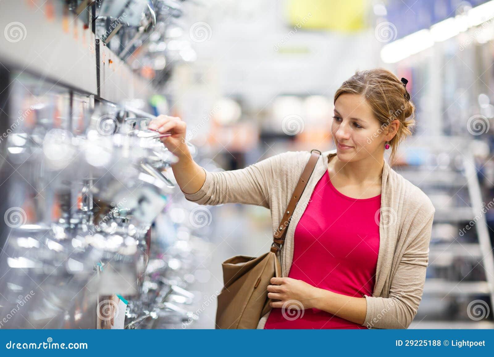 Download Jovem Mulher Bonita Que Escolhe Uma Torneira Do Banheiro/cozinha Em Uma Pele Home Foto de Stock - Imagem de pratos, varejo: 29225188