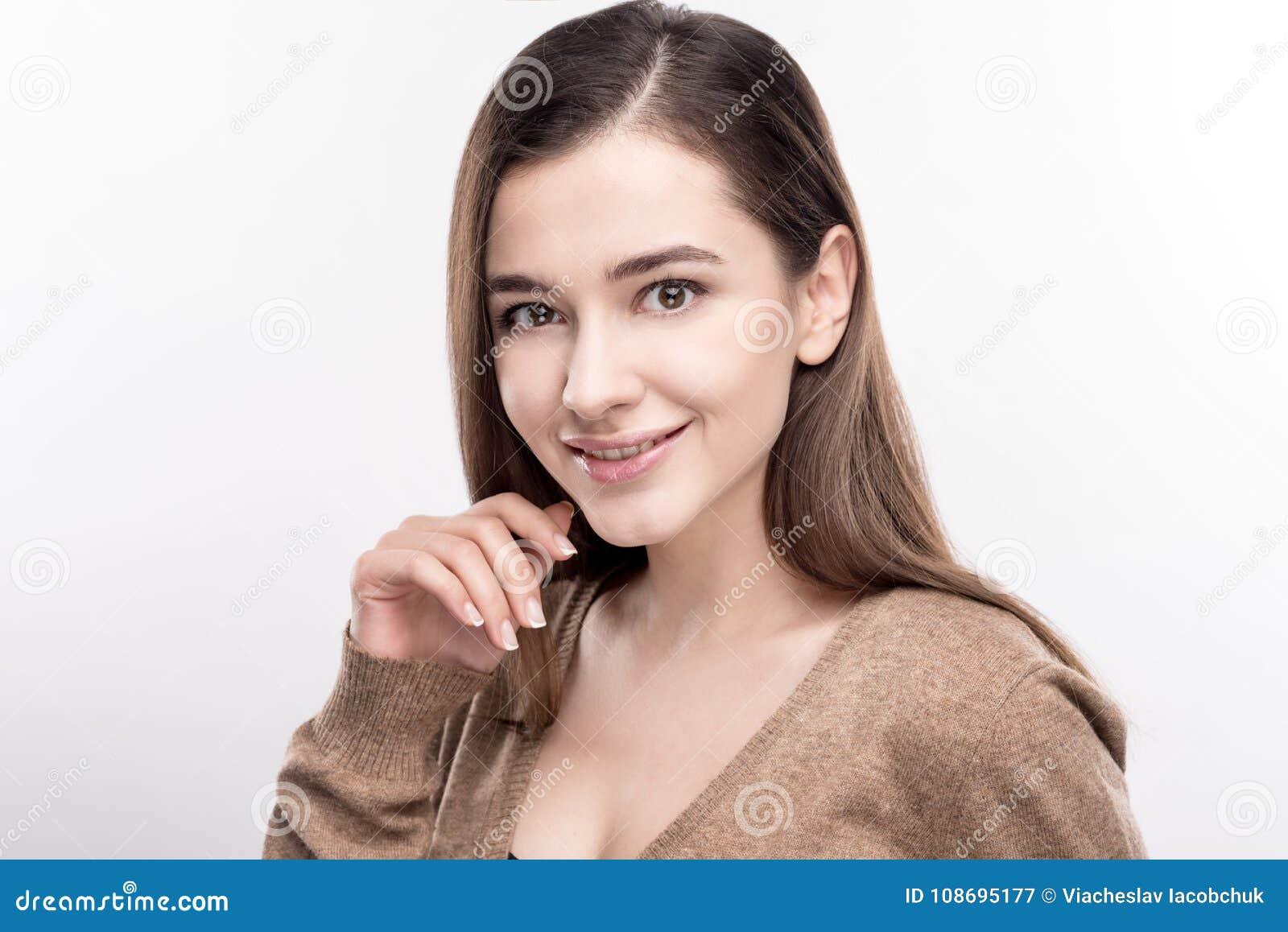Jovem mulher bonita que levanta cutely contra o fundo branco