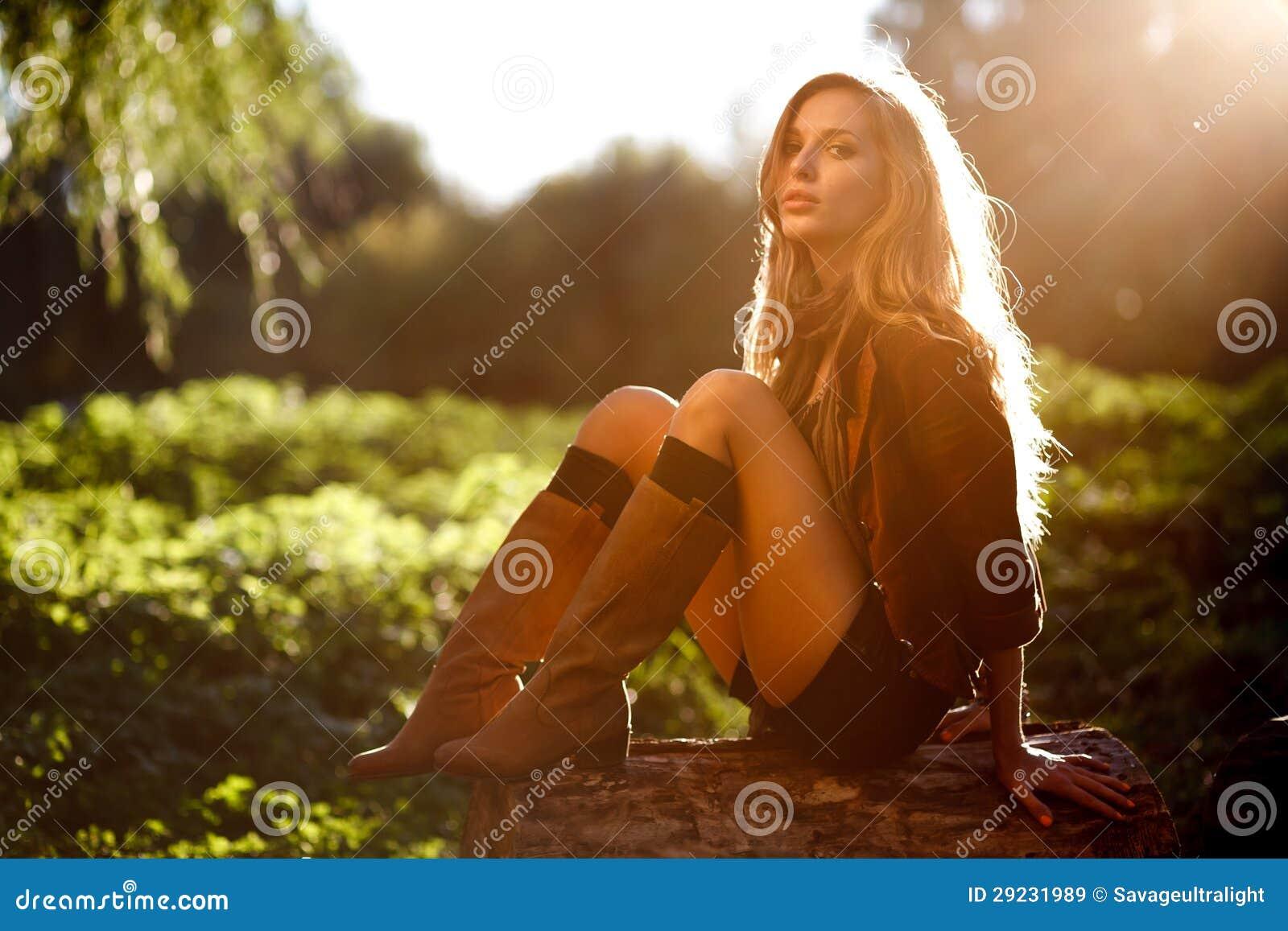 Download Jovem Mulher Bonita Que Senta-se No Registro Imagem de Stock - Imagem de outdoor, carregadores: 29231989