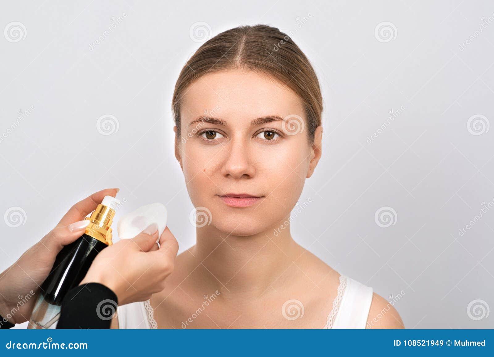 Jovem mulher bonita que tem o procedimento da correção da sobrancelha