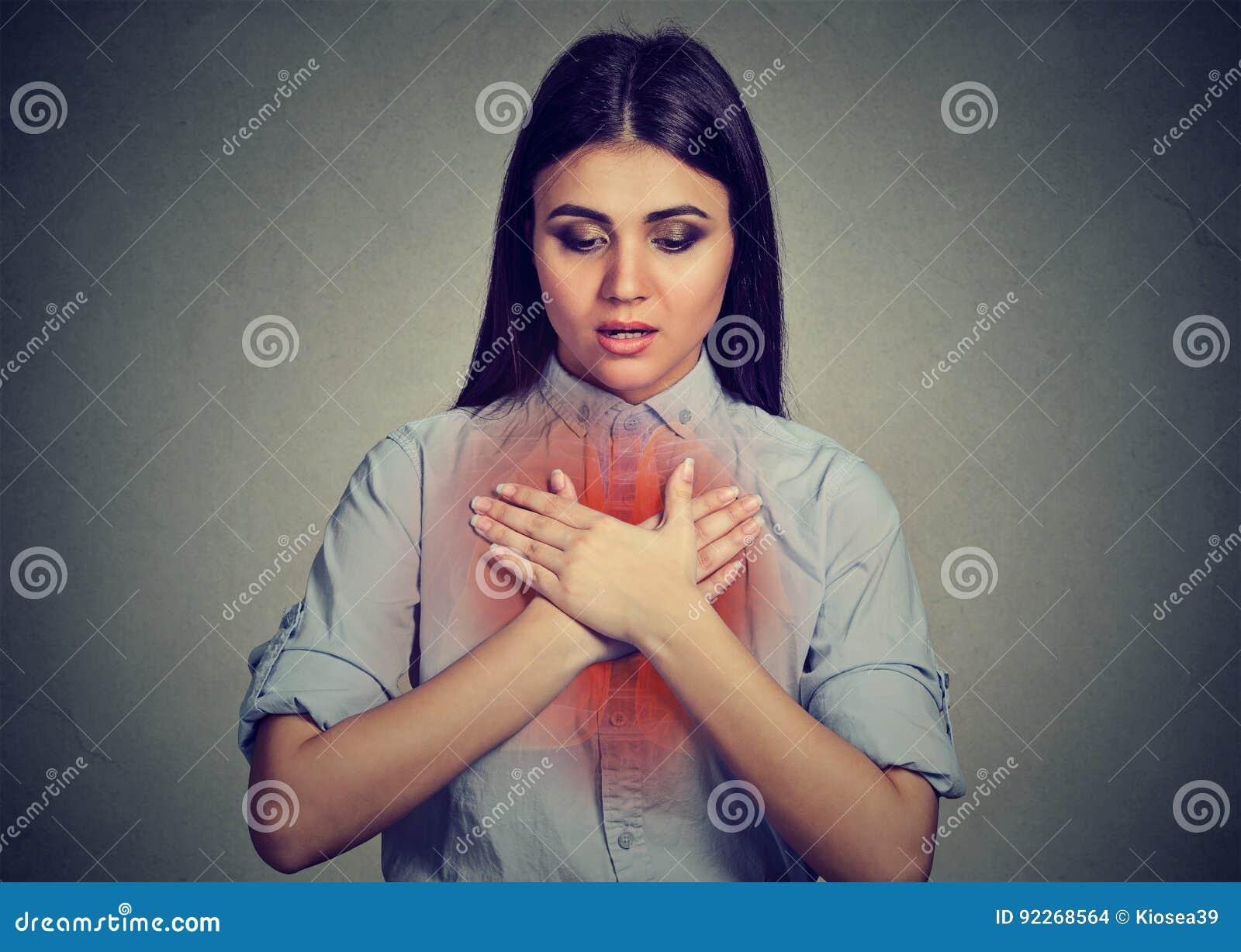 Jovem mulher com ataque de asma ou problema respiratório