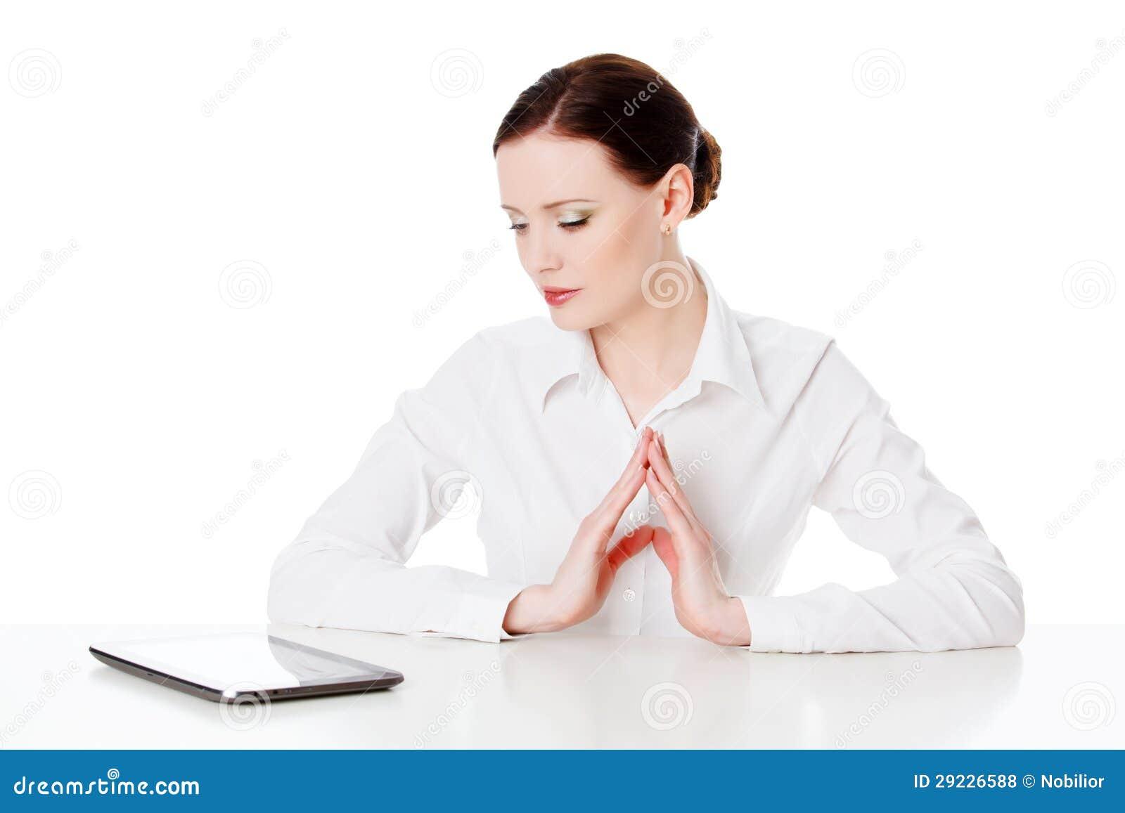 Download Jovem Mulher Com Computador Da Tabuleta Foto de Stock - Imagem de incorporado, relaxado: 29226588