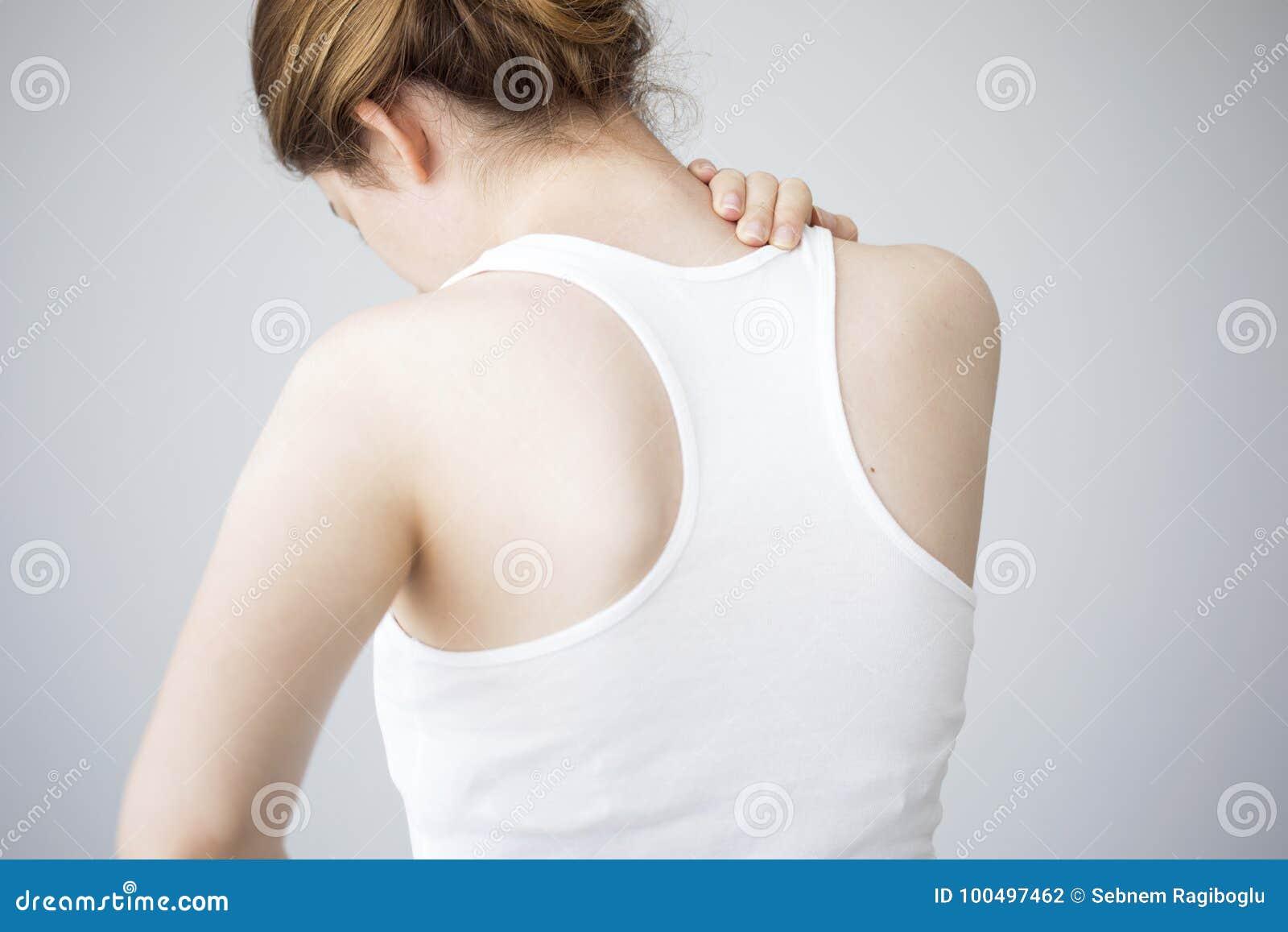 Jovem mulher com dor de pescoço