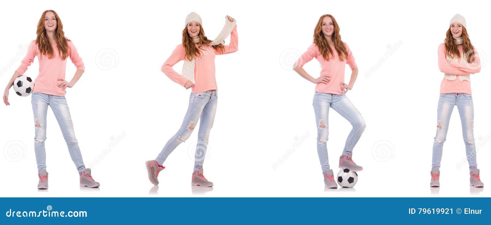 A jovem mulher com futebol isolada no branco