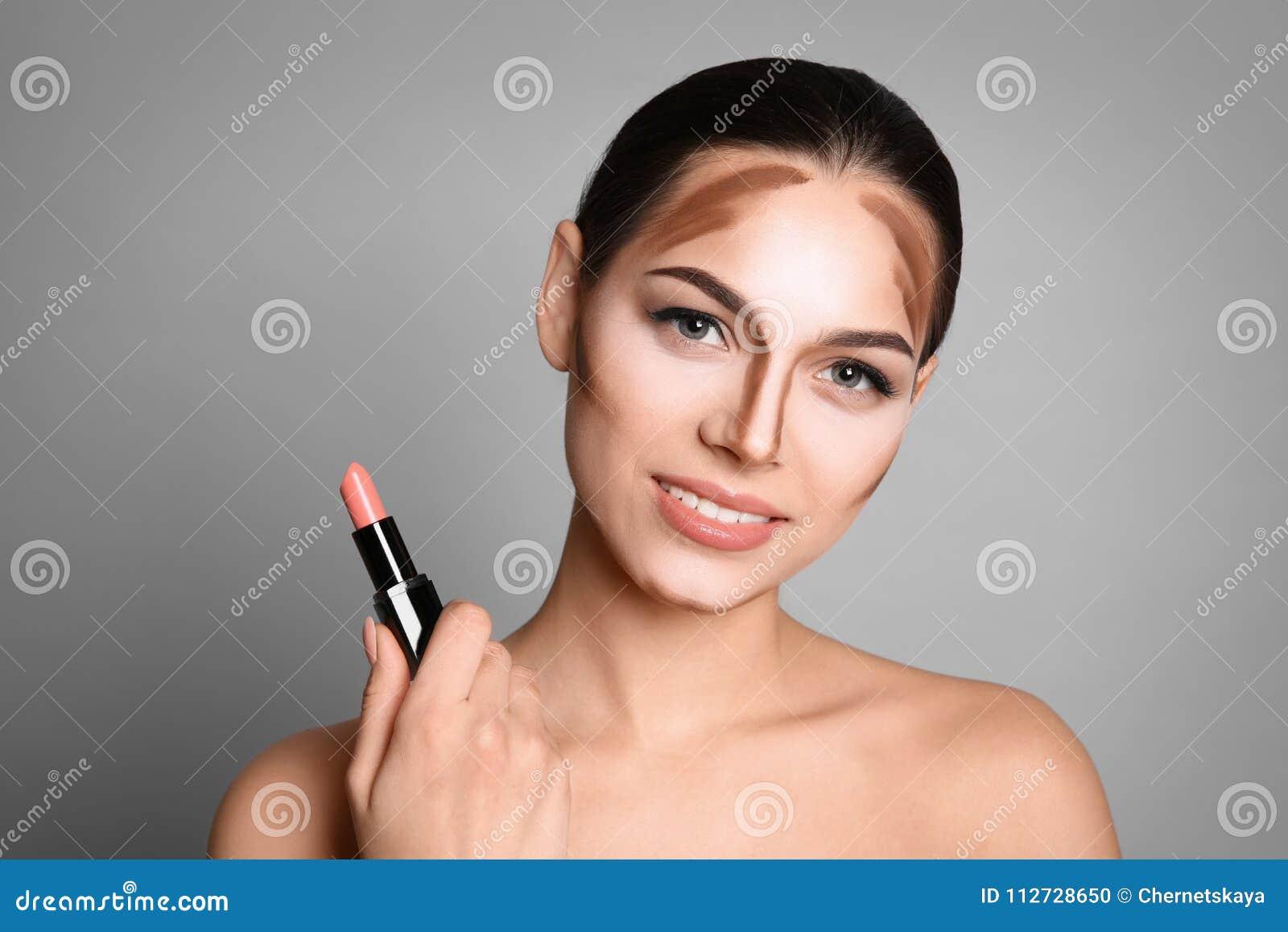 Jovem mulher com linhas de contorno