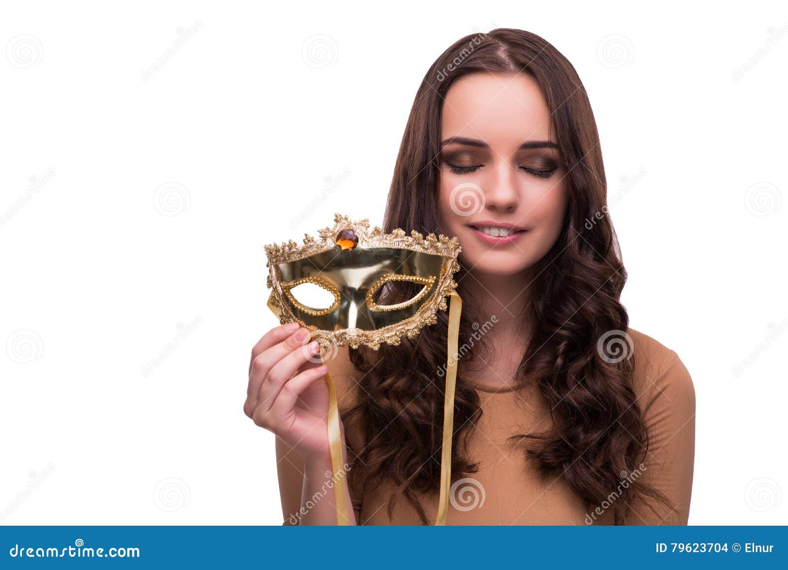 A jovem mulher com a máscara isolada no branco