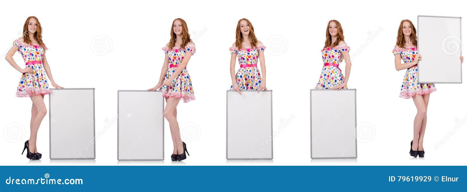 A jovem mulher com o cartaz vazio isolado no branco