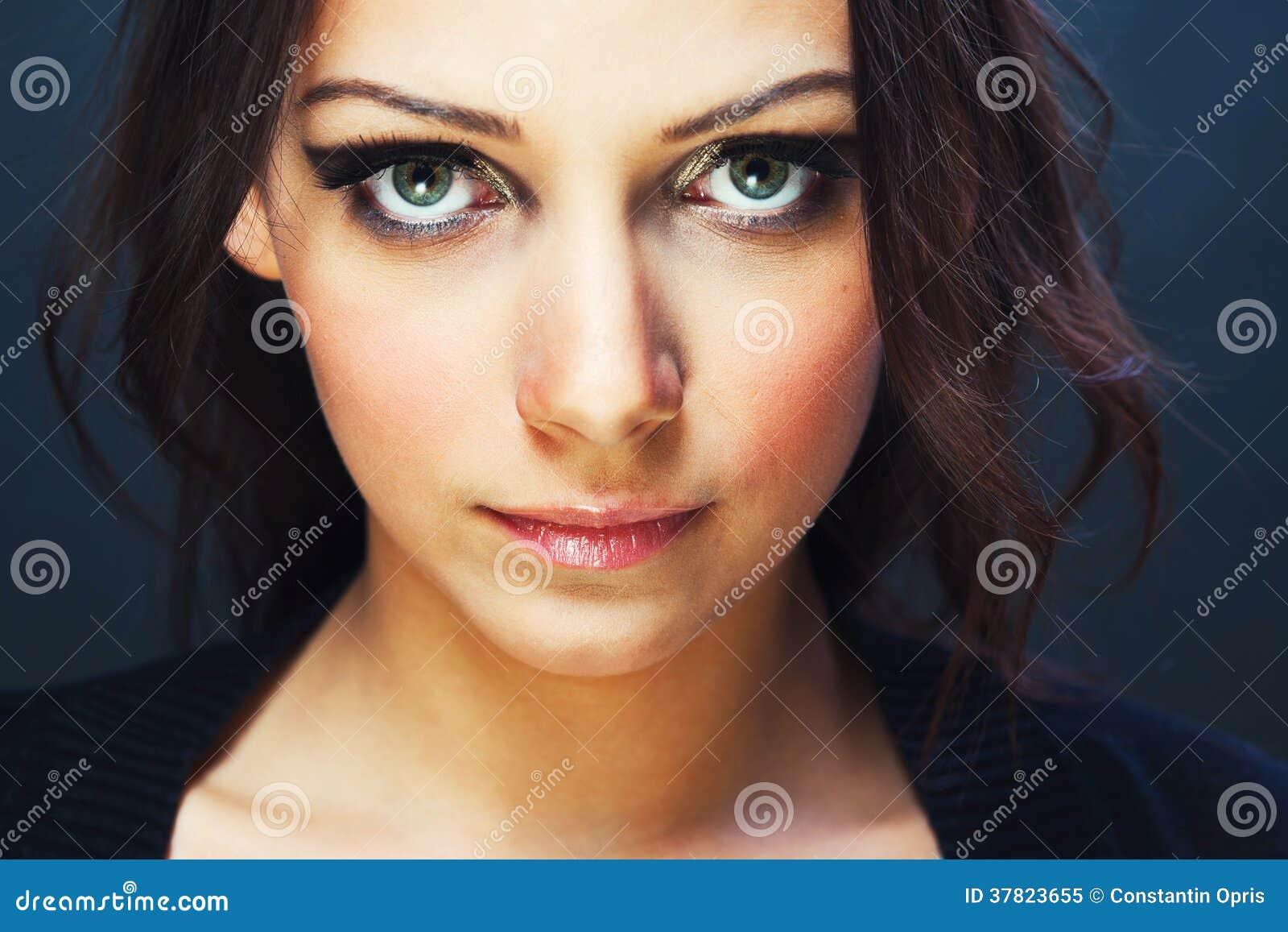 Jovem mulher com olhos bonitos