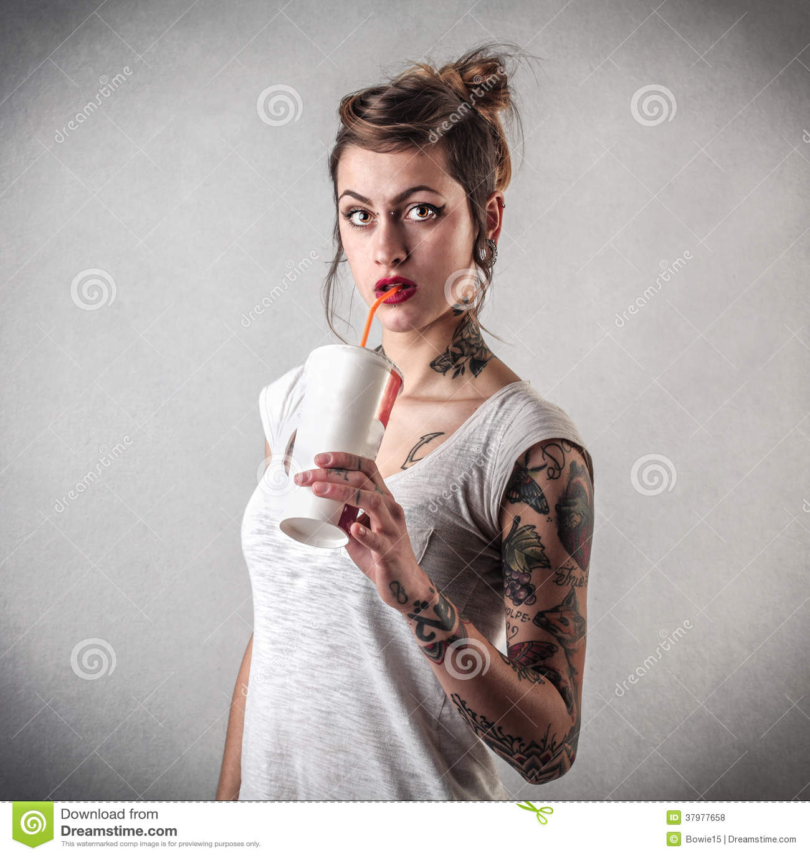 Jovem mulher com tatuagens