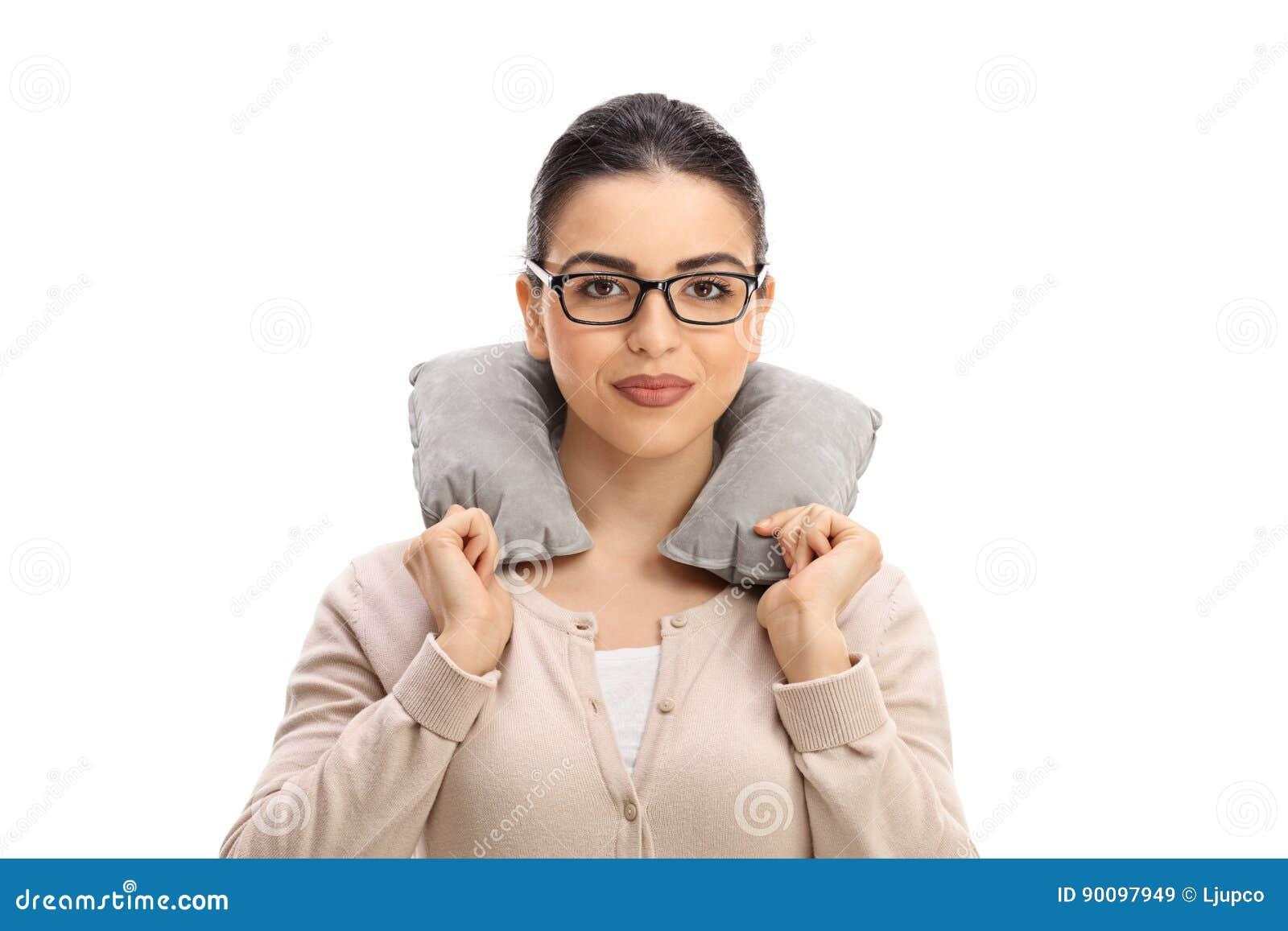 Jovem mulher com um descanso do pescoço