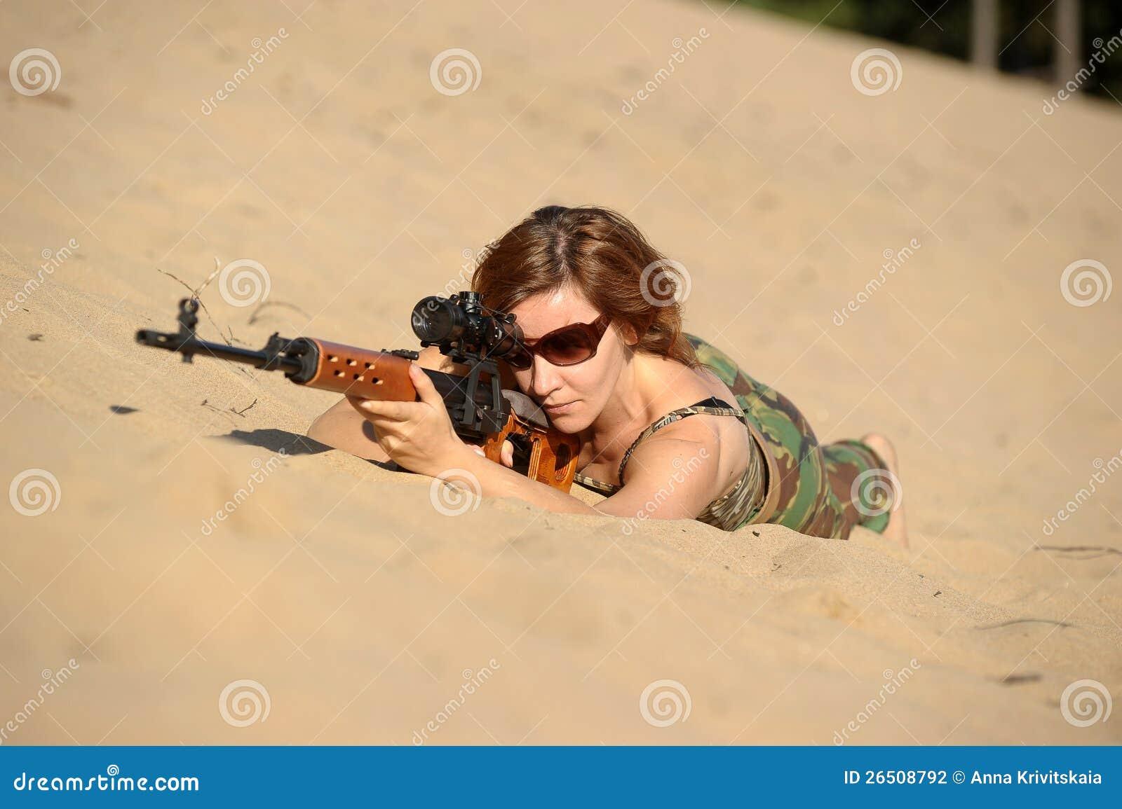 Jovem mulher com um rifle