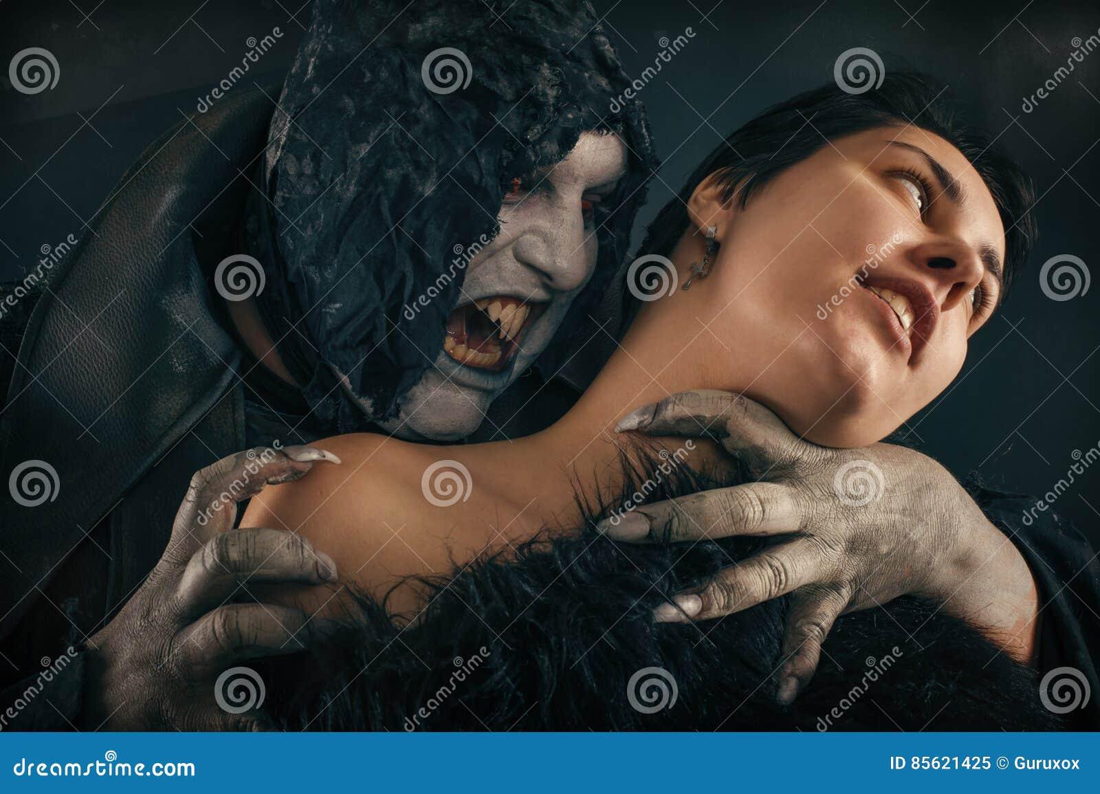 Jovem mulher cortante do diabo assustador do vampiro Nightmar gótico medieval